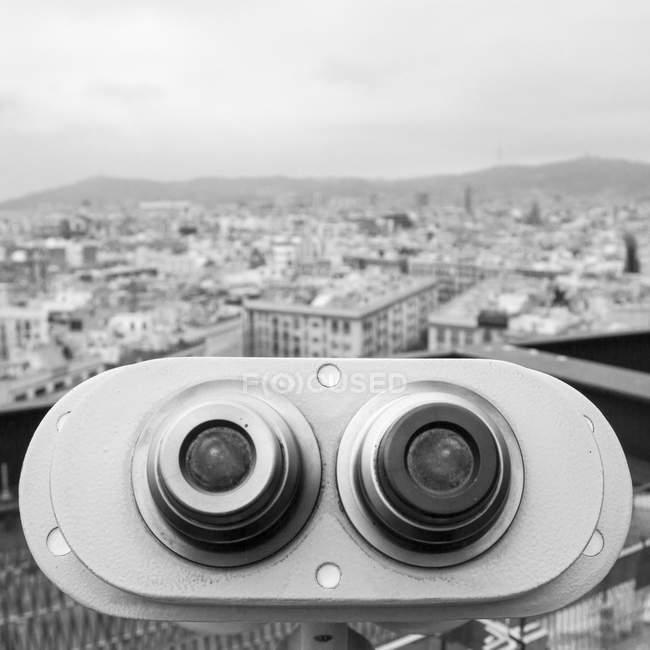 Binóculos de turista com vista cidade — Fotografia de Stock