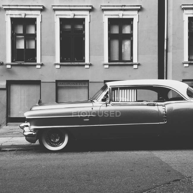 Vintage car placed on street — Stock Photo