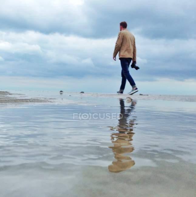 Man lonely walking on beach — Stock Photo