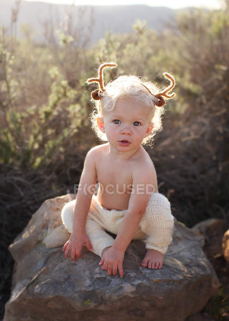 Petit garçon avec des bois sur la tête — Photo de stock
