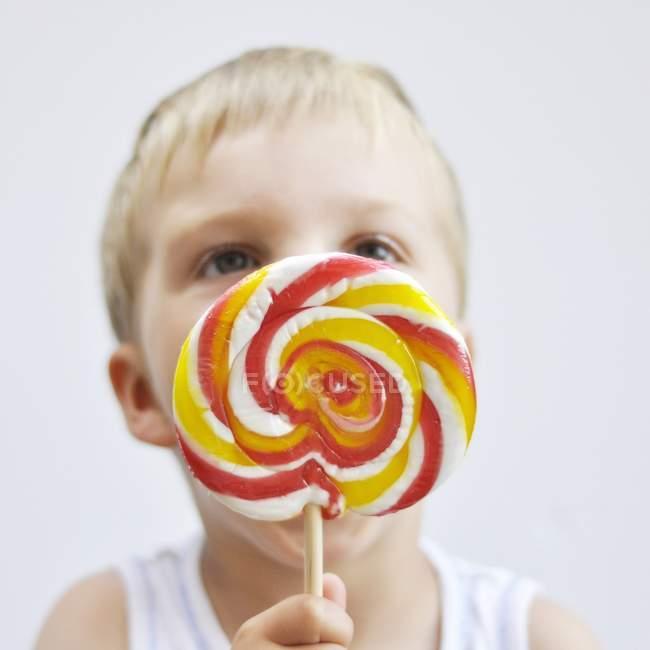 Petit garçon avec sucette — Photo de stock