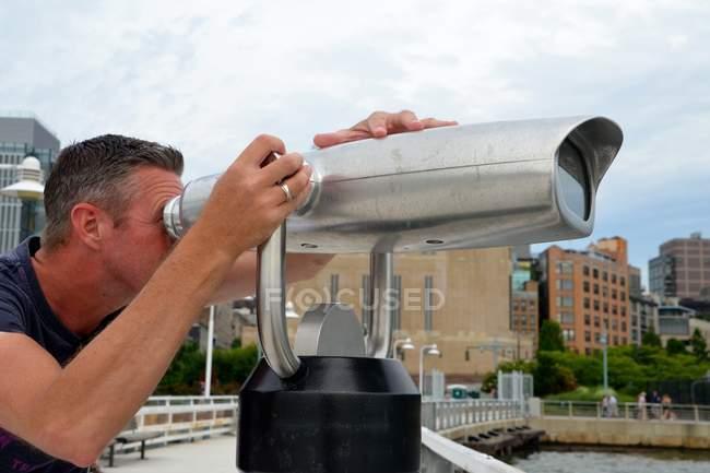 Uomo con il binocolo a gettoni — Foto stock