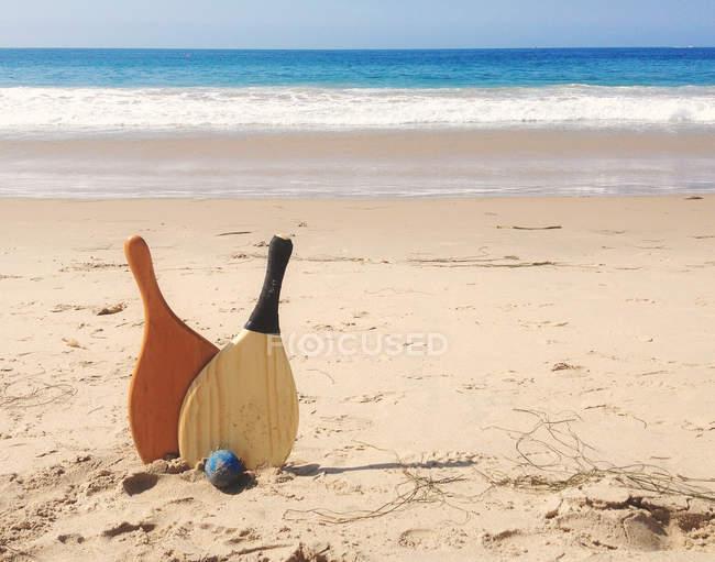 Beach paddle e palla in sabbia — Foto stock
