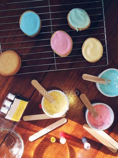 Formación de hielo y sabrosas galletas - foto de stock