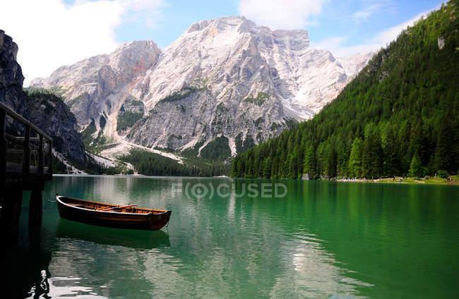 Краєвид з якір човен на озері — стокове фото