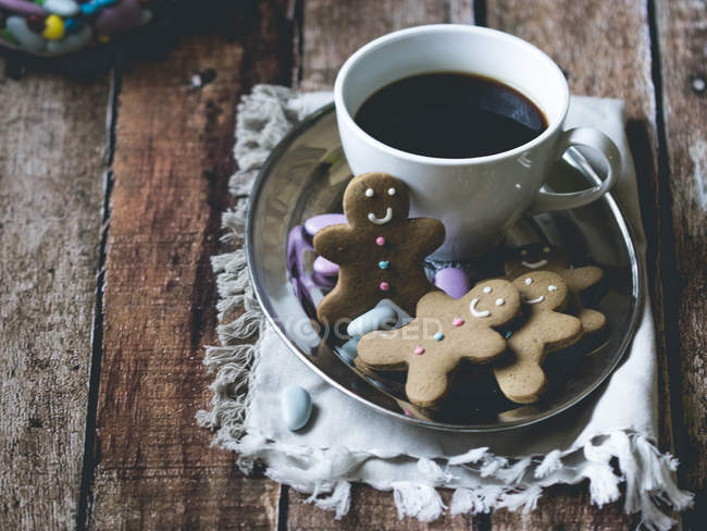Coffee and gingerbread men — Stock Photo