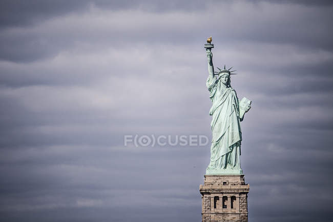 Freiheitsstatue vor bewölktem Himmel — Stockfoto