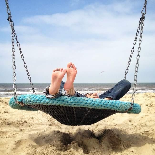 Bambini sdraiati in altalena sulla spiaggia — Foto stock