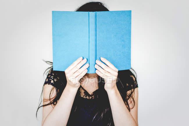 Жінка ховається за книги — стокове фото