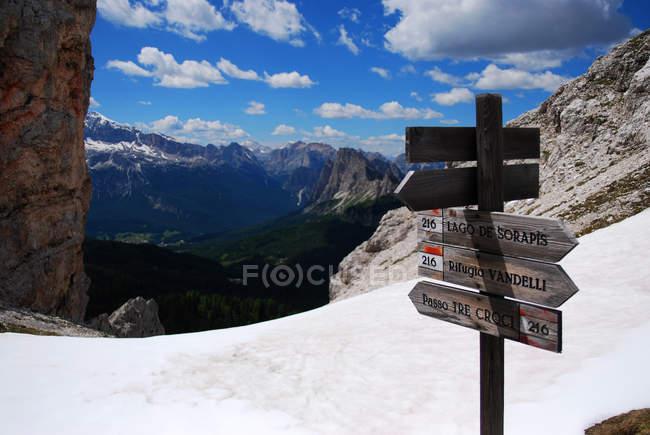 Señales de tráfico en las montañas - foto de stock