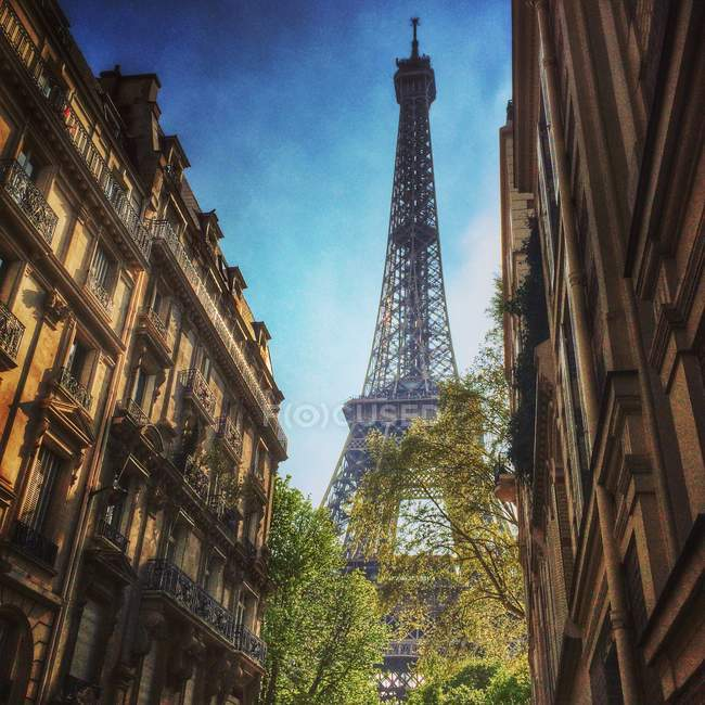 Eiffel Tower between townhouses — Stock Photo