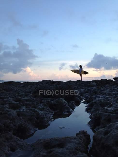 Surf della holding della donna sulla spiaggia — Foto stock