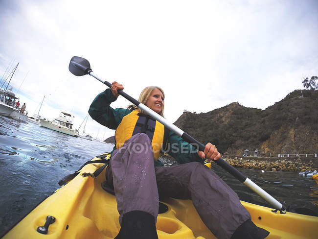 Young sporty woman kayaking — Stock Photo