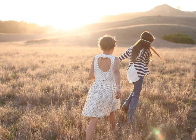 Due ragazze che camminano all'aperto — Foto stock