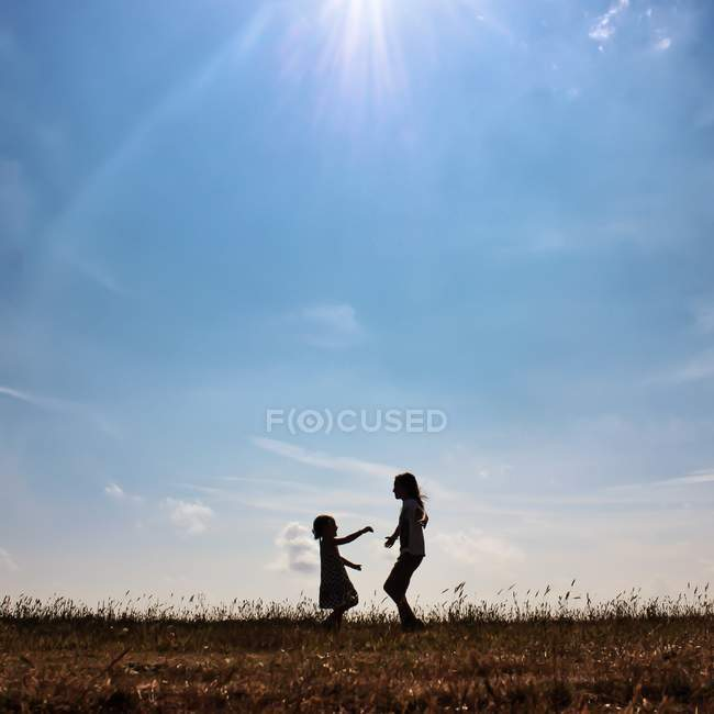 Girls playing on meadow — Stock Photo