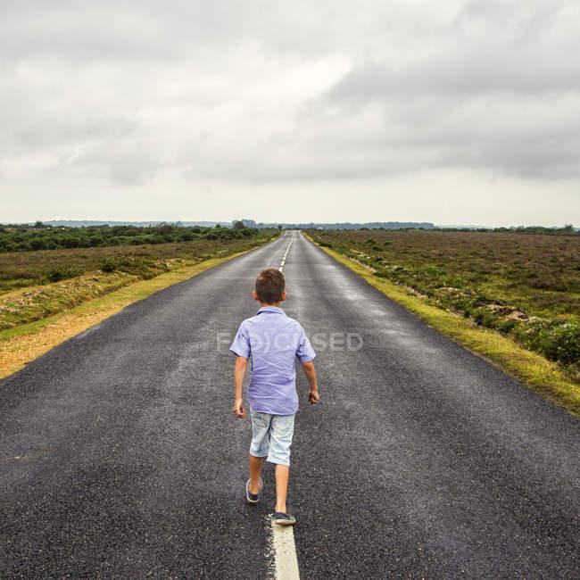 Хлопчик йшов довгий шлях — стокове фото