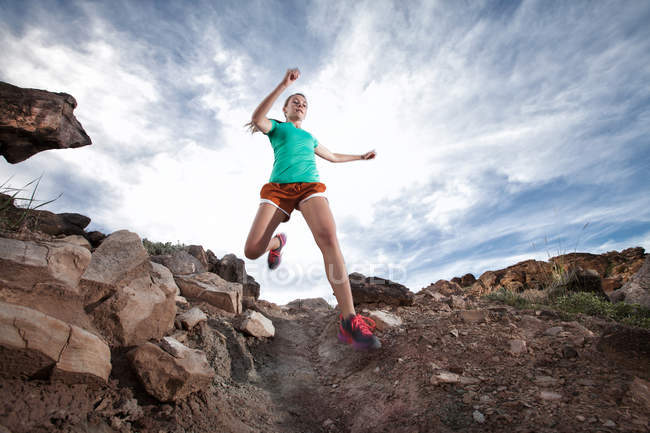 Молодая женщина бегает по стране — стоковое фото
