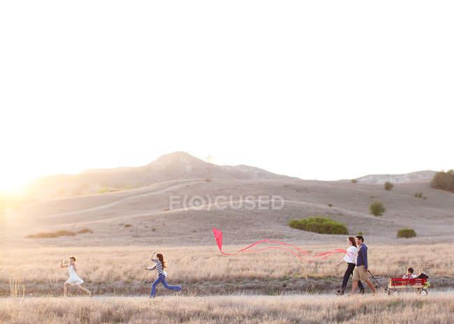Счастливая семья на прогулке — стоковое фото