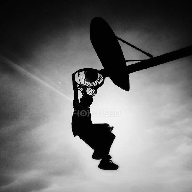 Junge scoring Slam dunk — Stockfoto