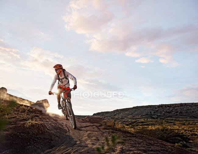 Vélo de montagne sur route — Photo de stock