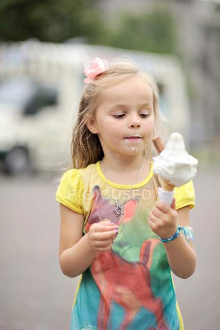 Girl eating ice cream — Stock Photo