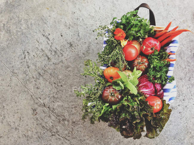Basket of healthy vegetables — Stock Photo