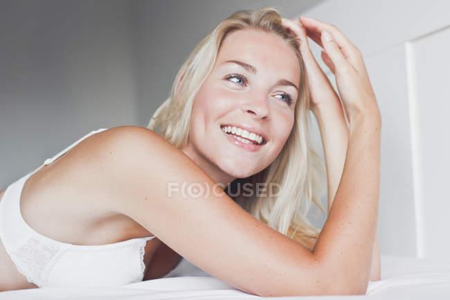 Блондинка-подросток с руками в волосах — стоковое фото