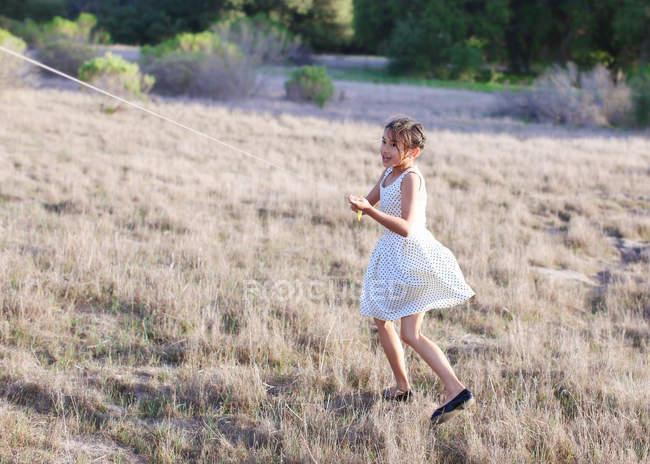 Menina no parque com pipa voadora — Fotografia de Stock