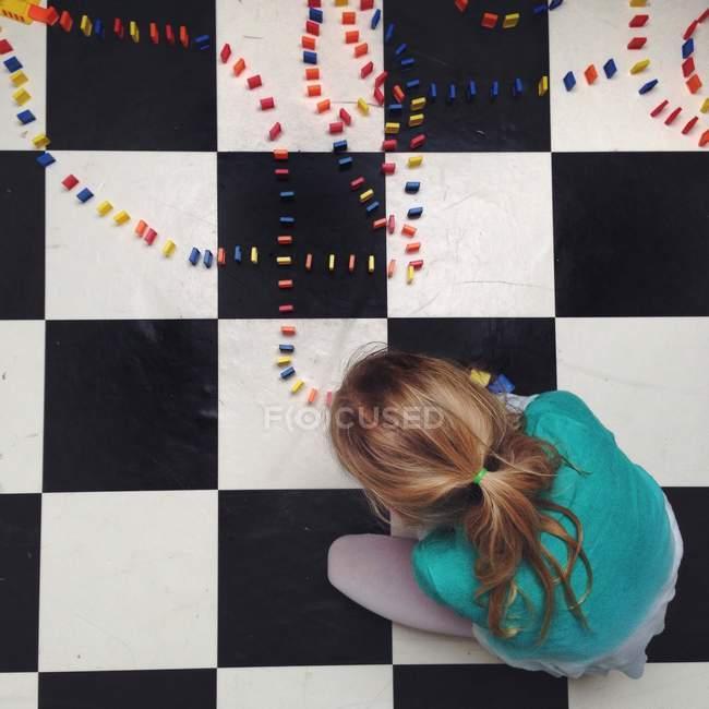 Девушка устанавливает линии домино — стоковое фото