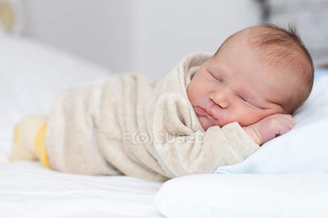 Новонароджений хлопчик спить — стокове фото