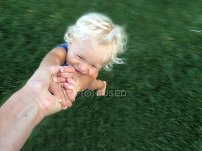 Bambino che tiene la mano del genitore maschio — Foto stock