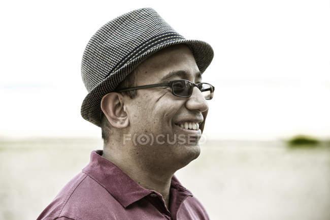 Homem de chapéu na praia — Fotografia de Stock