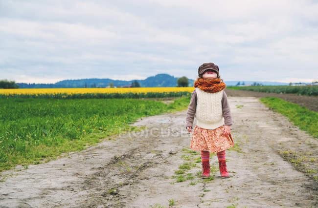 Menina em pé no campo — Fotografia de Stock