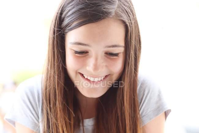 Портрет посміхається щаслива дівчина — стокове фото
