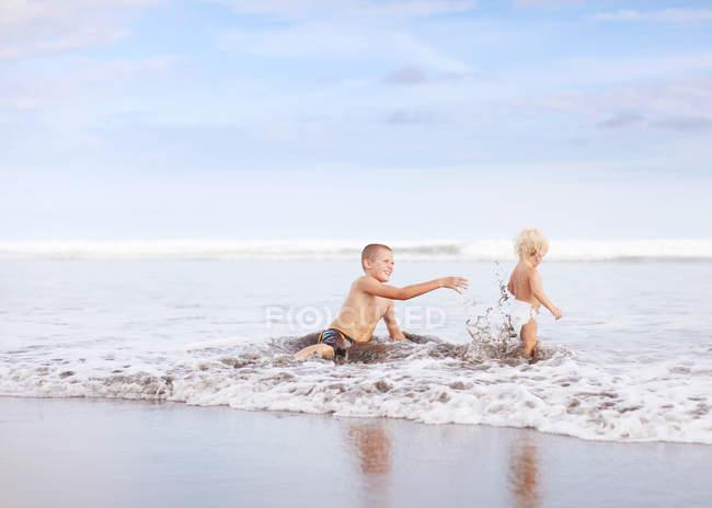 Братів гра на пляжі — стокове фото