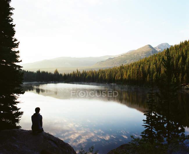 Silhouette des Menschen beim Sonnenaufgang — Stockfoto