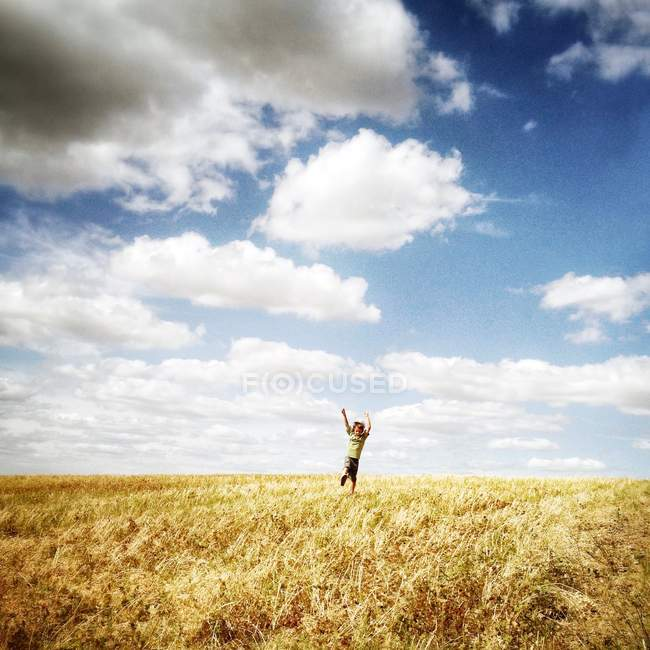Felice ragazzo in campo — Foto stock