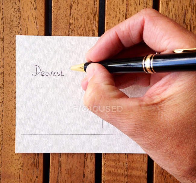Чоловічої руки написання листівка — стокове фото