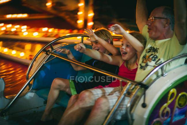 Famille en promenade dans le parc d'attractions — Photo de stock