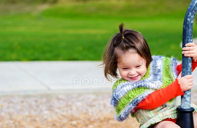 Улыбающаяся девушка на детской площадке — стоковое фото