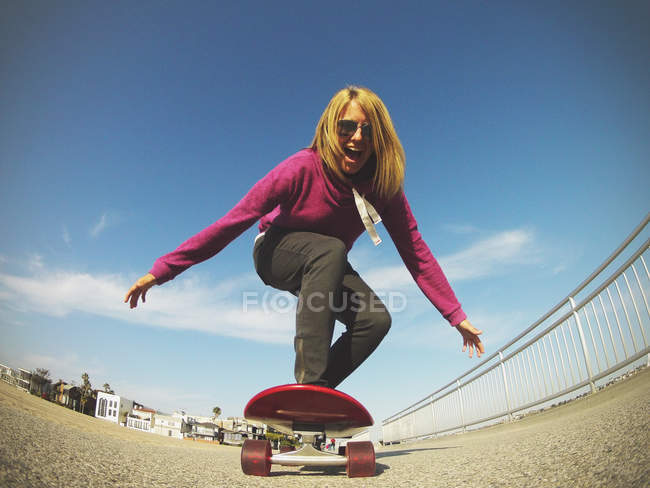 Young woman skateboarding — Stock Photo