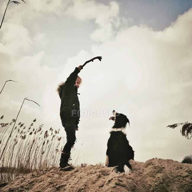Дівчинка, граючи з собакою — стокове фото