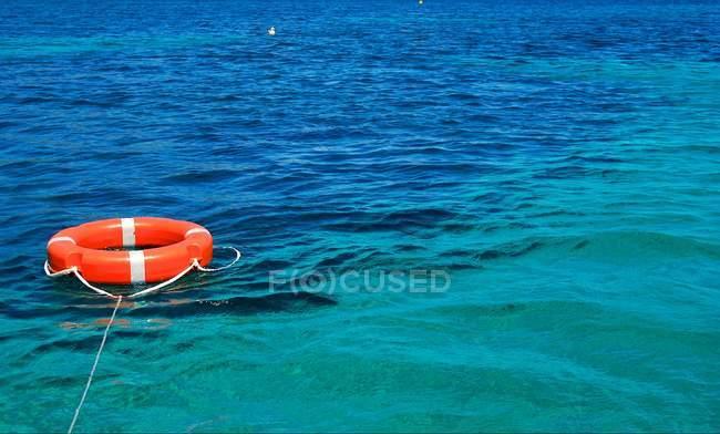 Meer mit Rettungsring auf dem Wasser — Stockfoto