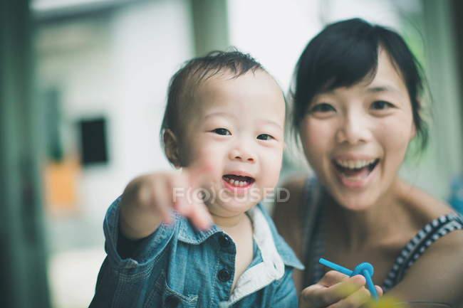 Красивые улыбающиеся мать и сын — стоковое фото
