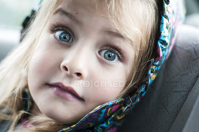 Little girl with surprised expression on face — Stock Photo