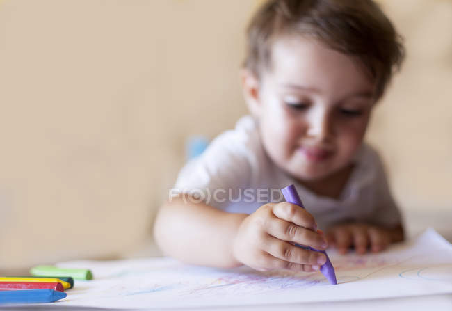 Boy drawing with crayons — Stock Photo