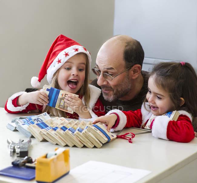Les filles obtiennent de l'argent de grand-père — Photo de stock