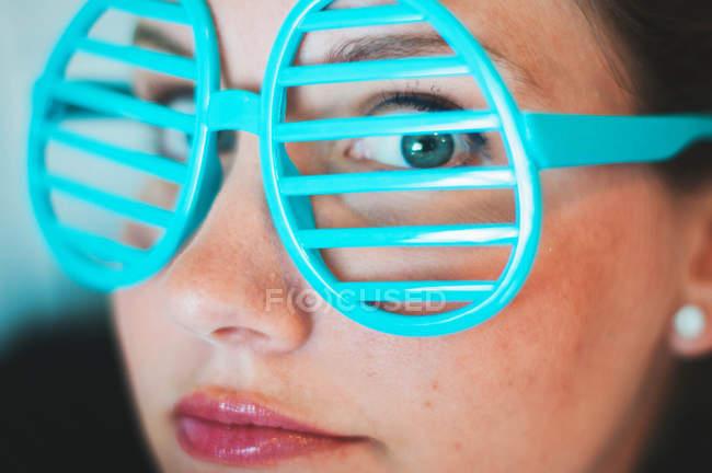 Femme portant des lunettes nouveauté fendue — Photo de stock
