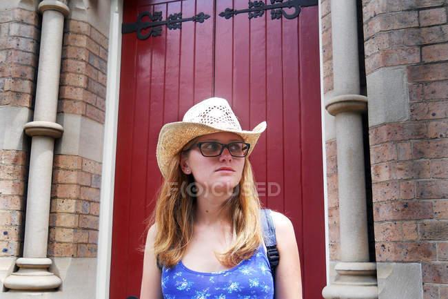 Porta rossa e donna bionda — Foto stock