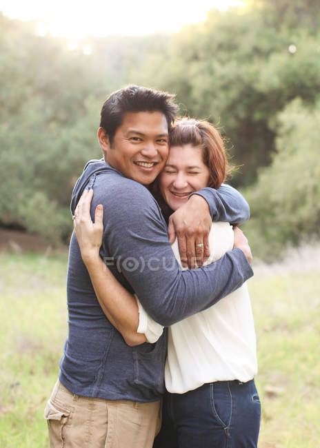 Couple hugging each other in field — Stock Photo